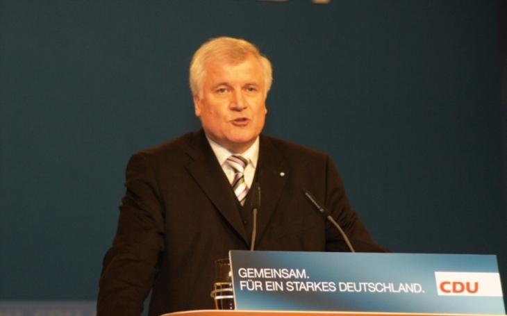 DPA: Seehofer kritizuje nejnovější postup Merkelové kolem migrace