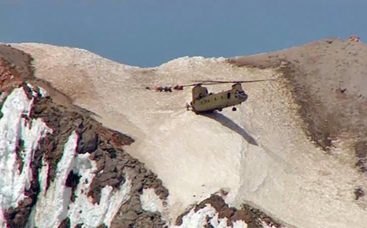 Video: Neskutečné záběry CH-47 Chinook americké Národní gardy zachraňující horolezce