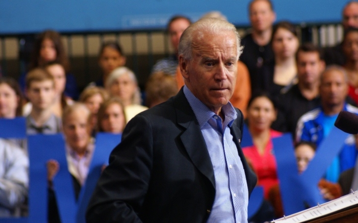 Politico: Biden by ve volbách 2020 zřejmě Trumpa porazil