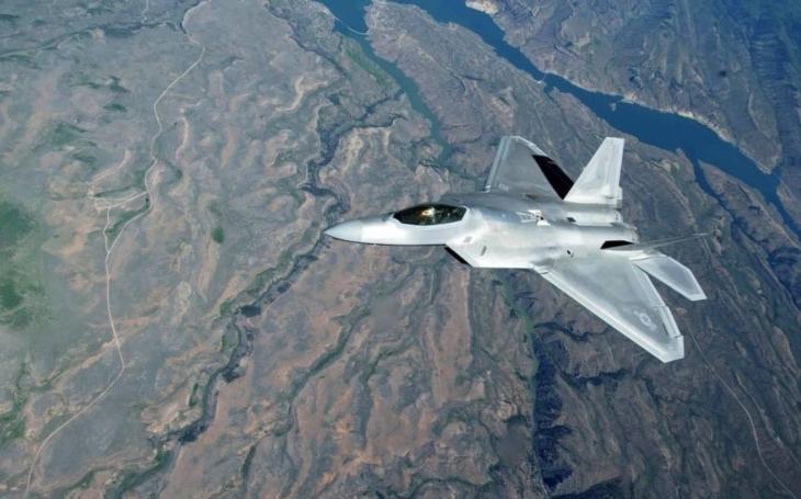 National Interest: Proč jsou letouny F-22 v Evropě? Na odstrašení Rusů