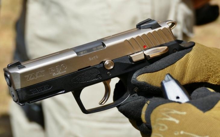 Na přeloučské střelnici se pálilo slovenskými pistolemi ZVS