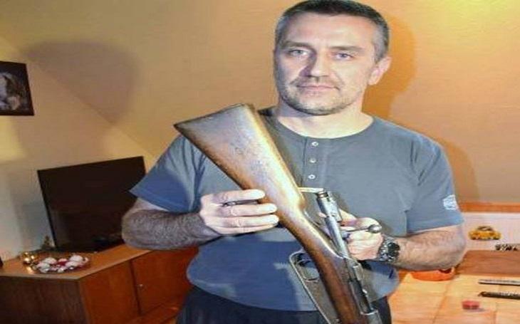 Hlídal Havla, soud ho odsoudil za koupi makety zbraně a od policie jej za to vyrazili