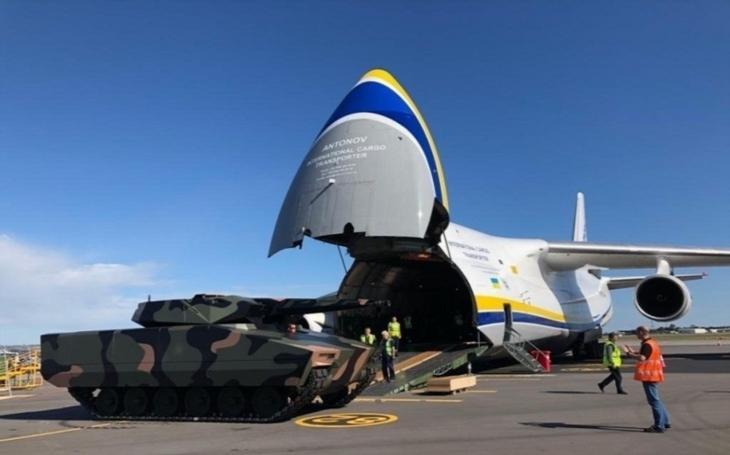 Bojové vozidlo Lynx od Rheinmetallu přistálo po rekordním cestování v Ostravě. O víkendu se představí na NATO Days