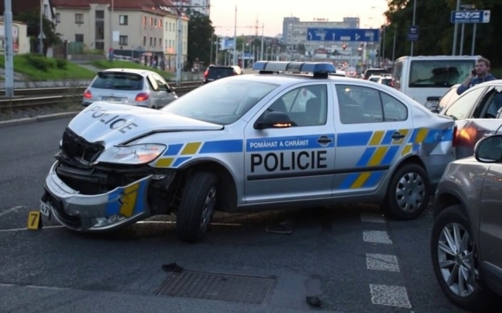 Policejní funkcionář způsobil vážnou dopravní nehodu. Proč se skandál tutlá?