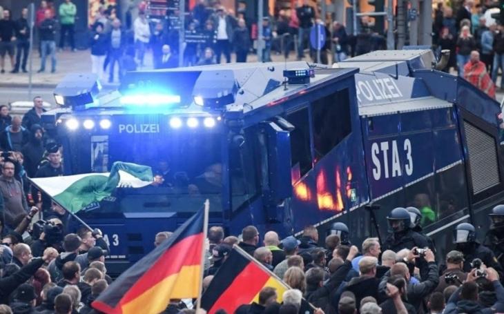 Další protiimigrační demonstrace v Chemnitzu přilákala 2300 lidí
