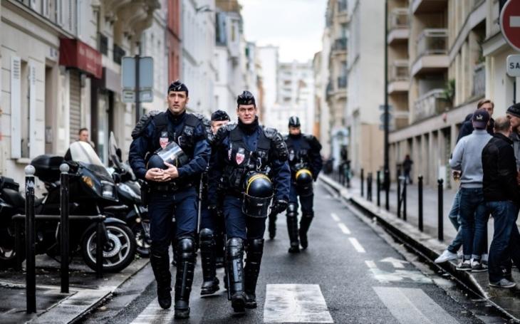 Francouzská policie zatkla muže, který v Paříži pobodal sedm lidí
