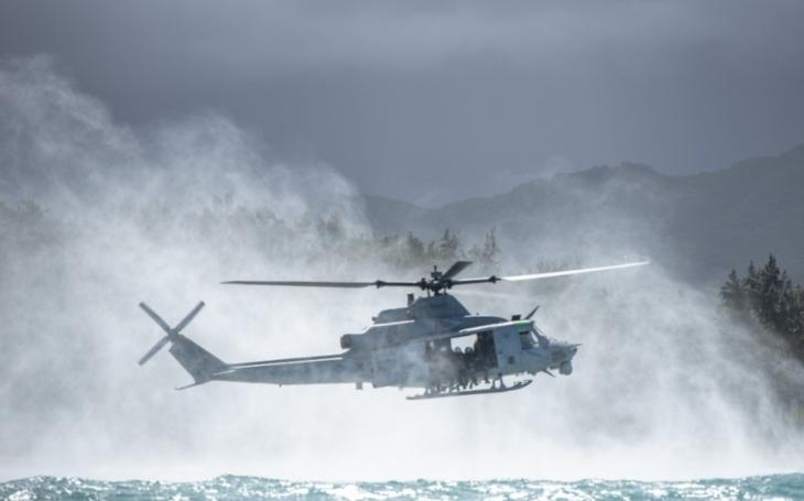 Vojáci nacvičovali výsadek do vody z vrtulníku UH-1Y 'Yankee' společnosti Bell