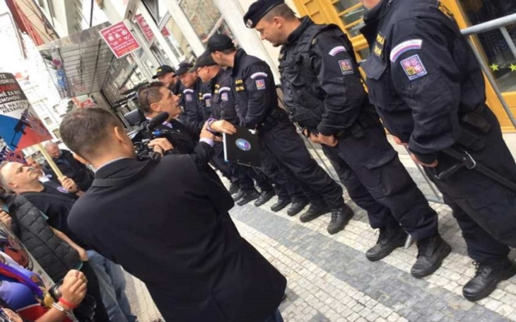 Petenti se odborné diskuze nedočkali. Úředníci Evropské komise proti nim nasadili policejní kordóny a zátarasy