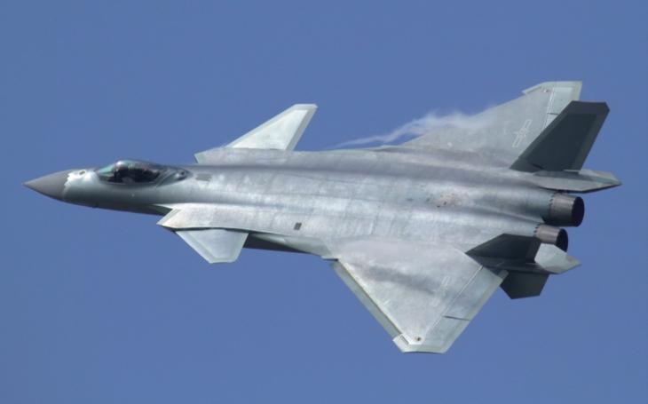 Je čínský stíhač J-20 křížencem ruského Migu 1.44 a americké F-35?