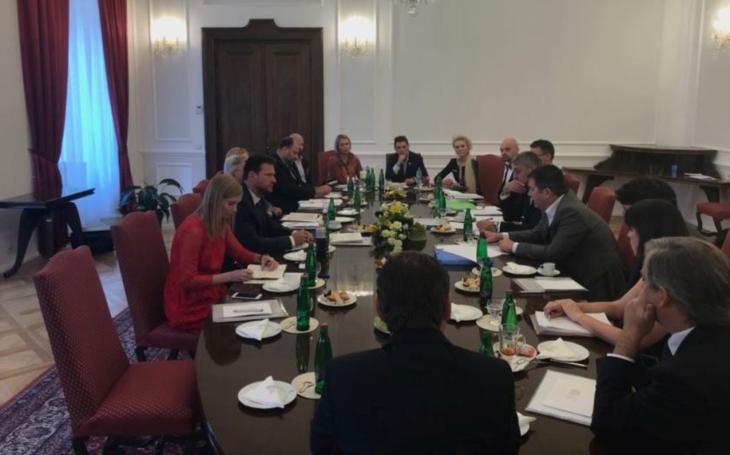Kulatý stůl posunul debatu o sporné protizbraňové směrnici z Bruselu dál