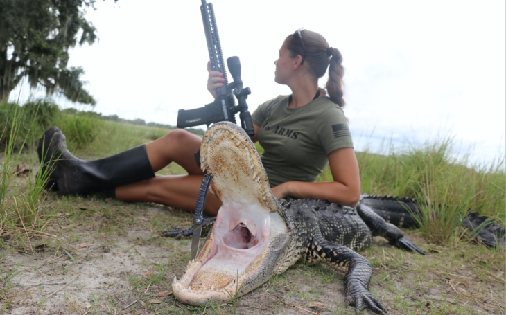 Česká lovkyně Michaela na lovu aligátora