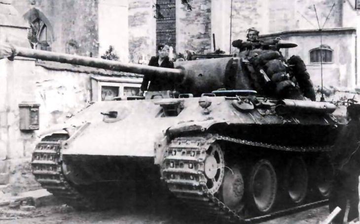 Oceloví giganti - německý Panther jako kladivo na sovětský tank T-34