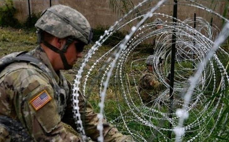 Američtí vojáci na hranici s Mexikem natahují ostnatý drát