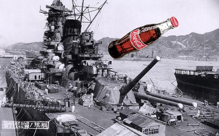 Americký pilot zaútočil na největší bitevní loď světa lahví od Coca Coly