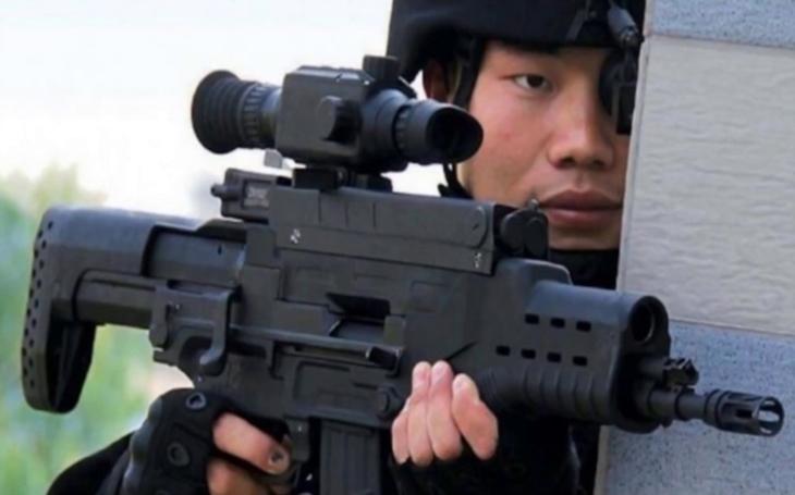 VIDEO: Čína vyvinula novou laserovou zbraň ZKZM-500. Kdo se jí postaví do cesty, toho prý spálí na uhel