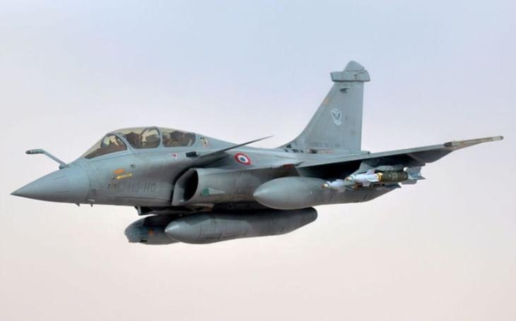 Francouzské námořnictvo obdrželo první stíhač Rafale modernizovaný na standard F3R