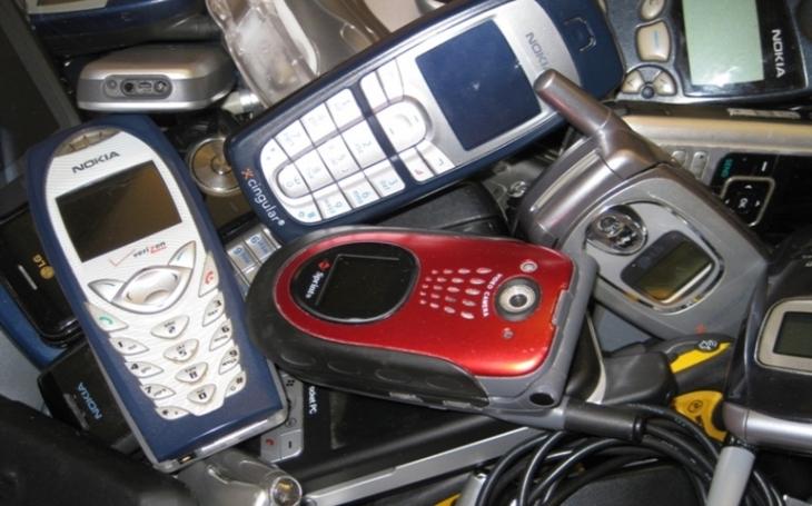 Lidé vracejí do prodejen Vodafonu čím dál méně starých mobilů. V domácnostech tak zahálí zlato, stříbro i měď