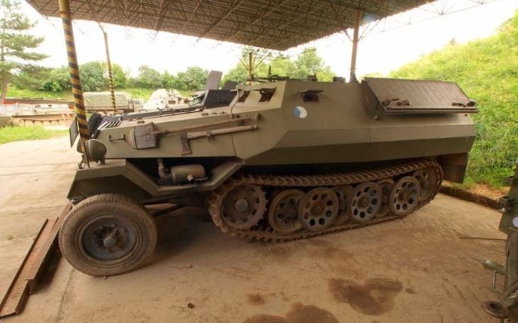 Polopásový obrněný transportér OT-810 - ,,československý hakl&quote;, který byl vyráběn podle německého obrněnce