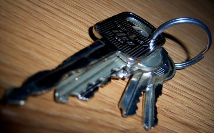 Zaměstnanci ještě stále nejčastěji odemykají klíči