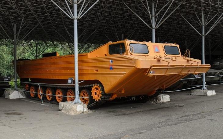 Pásový obojživelný transportér PTS-10 - ,,zdatný plavec&quote; určený pro přepravu výsadku, dělostřelectva a další techniky