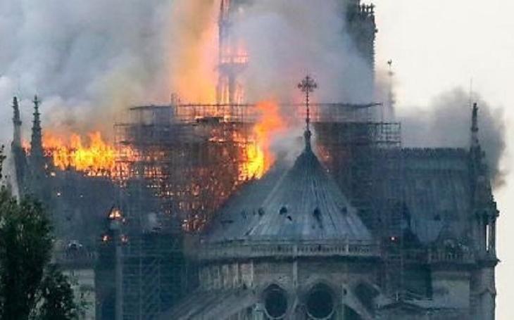Video hořící katedrály Notre-Dame v Paříži