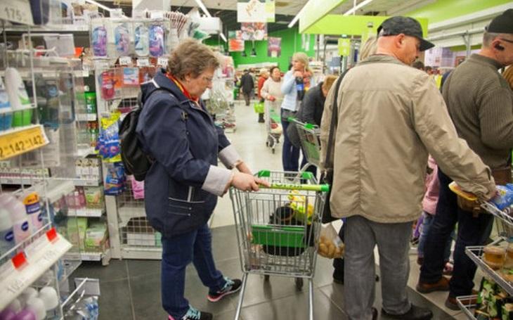Češi při nakupování nejvíce ocení ochotný personál, štvou je fronty. Obchodníci je začínají sofistikovaně měřit