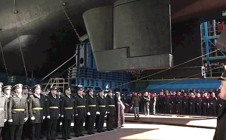 V Severodvinsku spustili na vodu za účasti Putina největší ponorku na světě, jaderného obra Belgorod