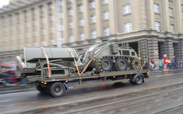 BOŽENA 5 - Dálkově ovládaný pásový stroj určený k plošnému odminování terénu od protipěchotních i protitankových min