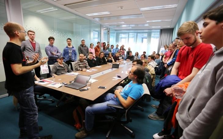 12. ročník dne otevřených dveří společnosti Red Hat přilákal téměř 700 zájemců