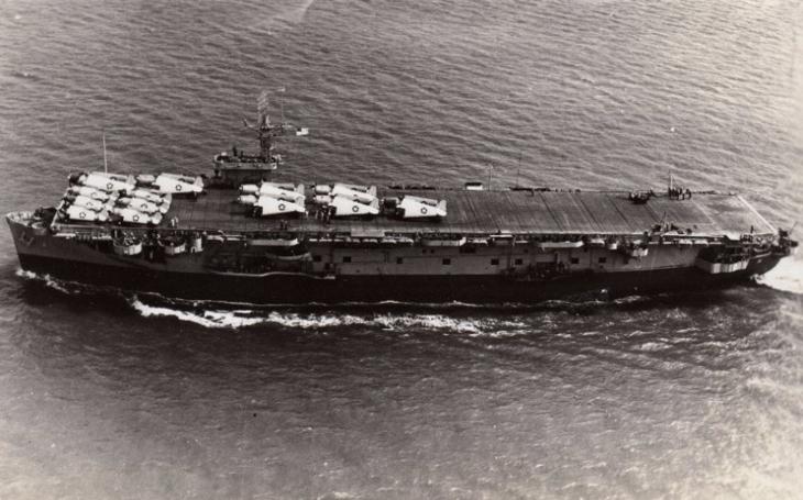 """Americká eskortní letadlová loď USS Card přežila útok německého u-boatu, potopili ji až ,,žabí muži""""e; z Vietkongu"""