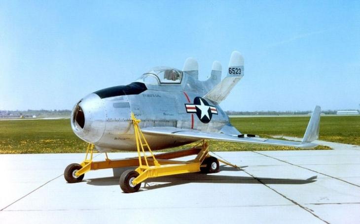 McDonnell XF-85 Goblin  - projekt amerického parazitního stíhače na obranu bombardéru B-36 nakonec skončil neúspěchem