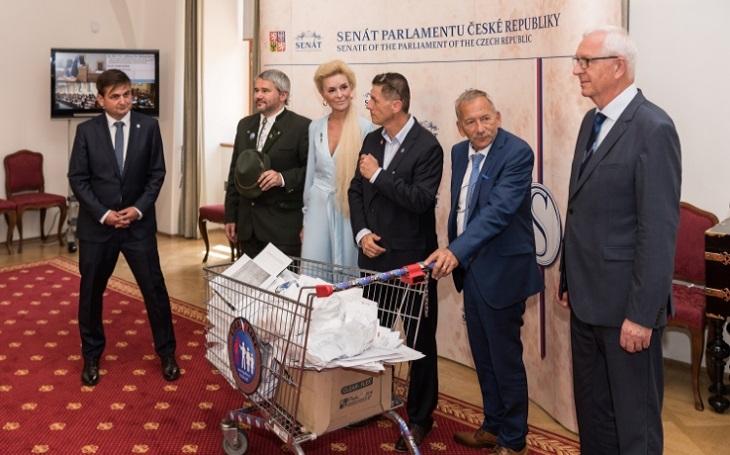 Stotisíc podpisů v nákupním košíku do Senátu aneb masivní podpora ústavního práva bezúhonných občanů na zbraň či sebeobranný prostředek