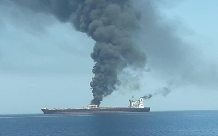 Dva ropné tankery zachvátily plameny v Ománském zálivu. Staly se terčem útoku íránských gard?