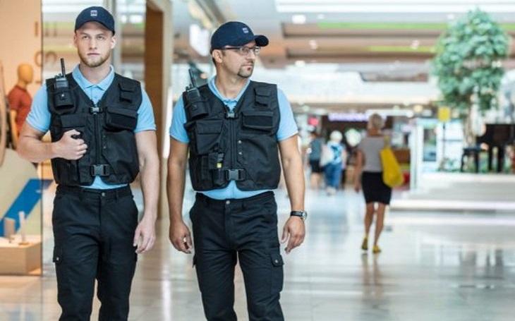 V obchodních centrech hraje ostraha stále důležitější roli. Pachatele trestných činů a agresivní či nežádoucí osoby zadržují denně, jejich počet roste