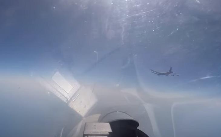 VIDEO: Ruský stíhač Su-27 ,,nahání&quote; americký bombardér B-52