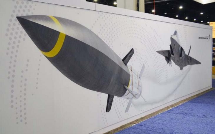 Lockheed ukázal F-35C s hypersonickou střelou