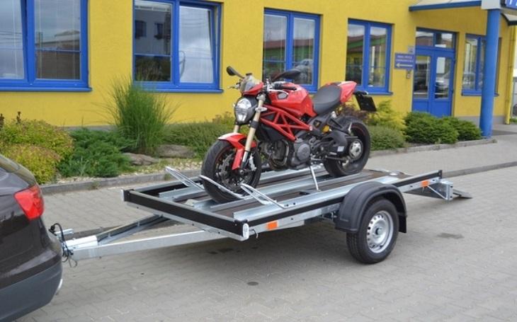 Na přívěsu od Agadosu lze jednoduše převážet i motocykly