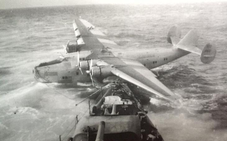 Létající člun Pan American Boeing 314 byl potopen dělem americké válečné lodi