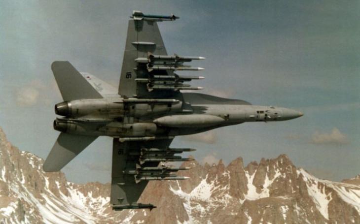 USA chtějí ,,lovit&quote; čínské stíhačky s novou dalekonosnou raketou. Má nahradit ve službě střelu AIM-120