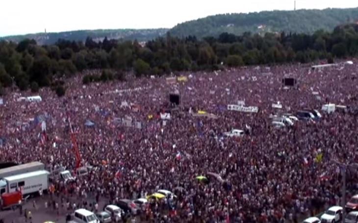 Dojmy z demonstrace: V davu i na pódiu pokrytci. Klus jako tvář čínské firmy