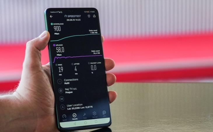 Vodafone předvedl v Karlových Varech první 5G holografický hovor v Česku. Ve městě startuje rekordně rychlá mobilní síť
