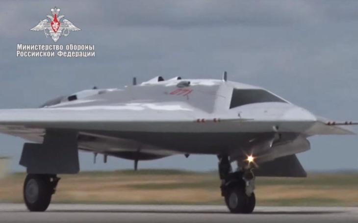 Suchoj S-70 Ochotnik - první let ruského stealth dronu na videu