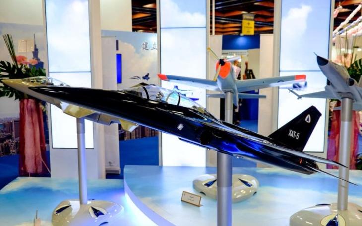 První prototyp tchaj-wanského nadzvukového cvičného letounu XAT-5 Blue Magpie má být představen v září