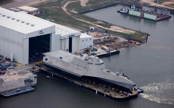 US Navy nasadila proti Číně novou pobřežní bojovou loď s bezpilotním vrtulníkem MQ-8C Fire Scout