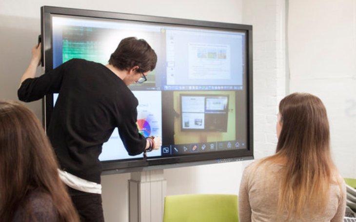 78 % zaměstnanců se setkává s problémy s připojením při prezentacích. Pokročilá řešení šetří nervy a pomáhají zabránit neúspěchu