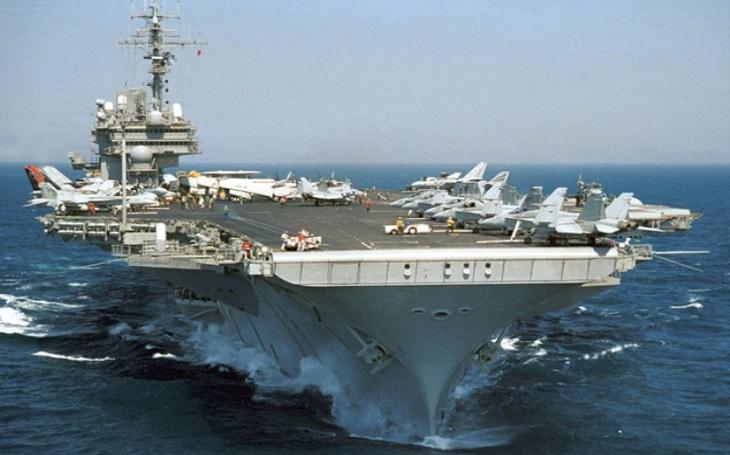 """""""Okamžitě ponořit!"""" Na pozdní rozkaz kapitán doplatil. Srážka sovětské ponorky s americkou letadlovou lodi zaváněla jadernou katastrofou"""