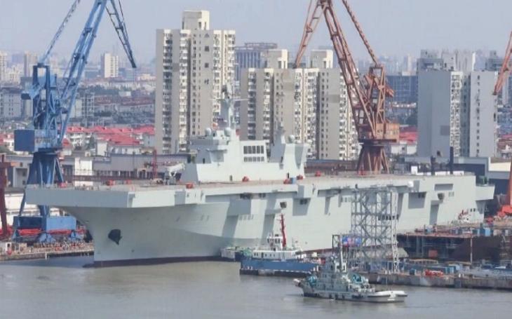 VIDEO: Čína spustila na vodu nejnovější vrtulníkovou výsadkovou loď typu 075