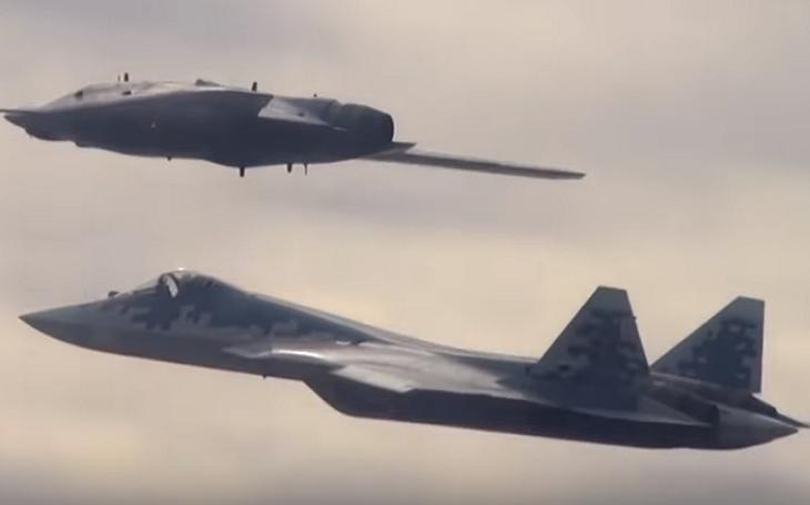 VIDEO: Ruský úderný dron S-70 Ochotnik-B absolvoval první společný let se strojem Su-57