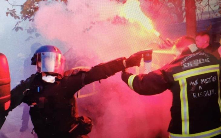 Paříž: deset tisíc hasičů protestovalo proti podmínkám služby. Střetli se s policií: 5 zraněných