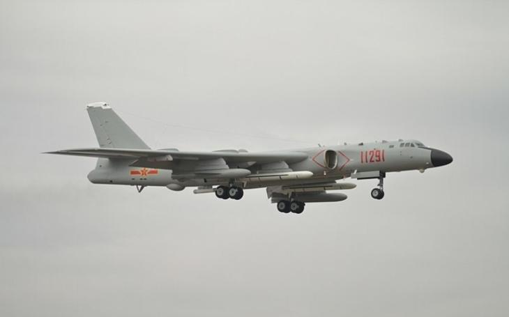 Čínské bombardéry H-6K s raketami  DF-21?